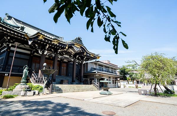 隣接するお寺